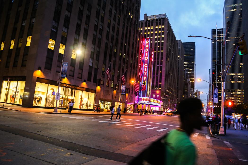 Klassikern Radio City Hall i kvällssljus.