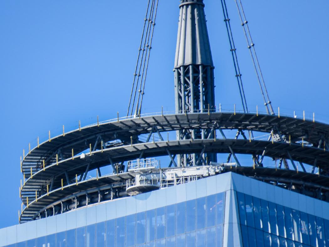 Så här ser toppen på den nybyggda WTC-skrapan ut i stark inzoomning.