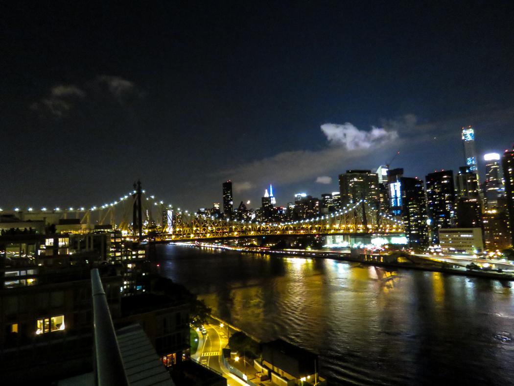 Manhattan i skymningen på andra sidan East River.