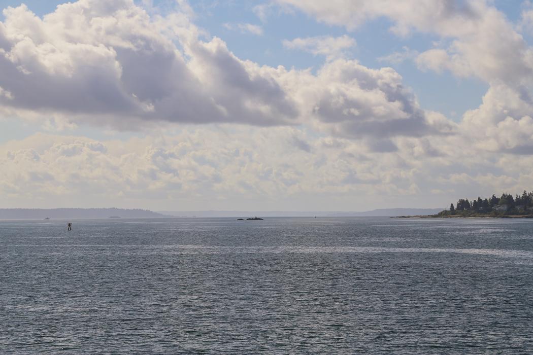 Söderut i sundet mellan fastlandskusten med Seattle och öarna.