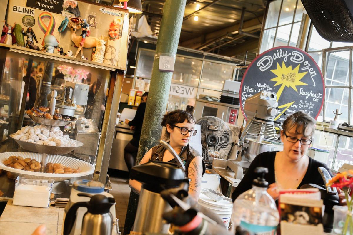 Susan Caluya och kollegan Neely Bat Chestnut säljer donuts och betalar gärna 15 dollar i timmen till anställda. Foto: Erik Bergin