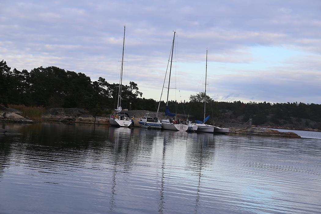 Flera båtar vid Ostholmen.