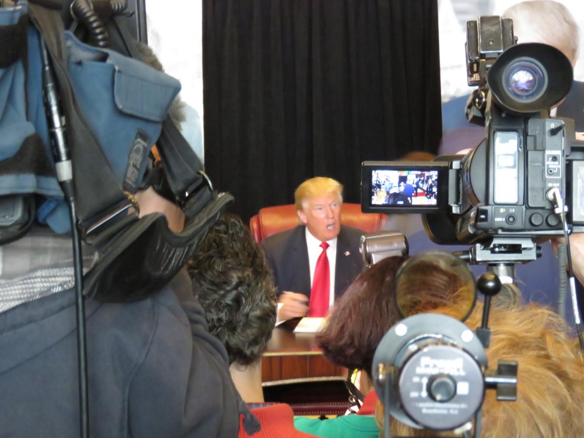 Donald Trump signerar böcker på tisdagen i Trump Tower, New York. Foto: Erik Bergin