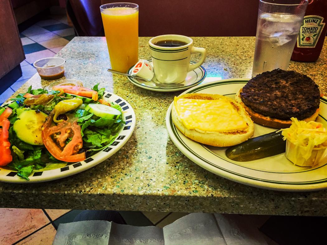 Enkel och bastand mat serveras på East Side Café.