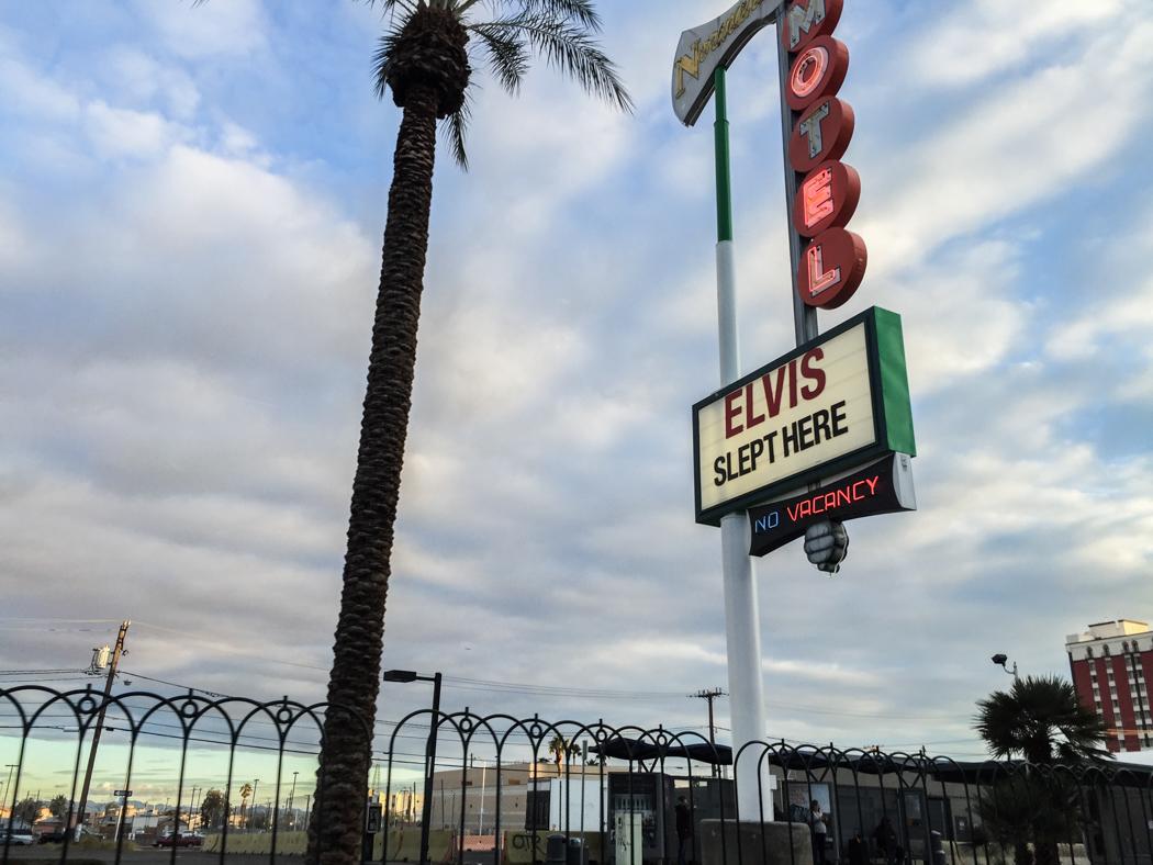 """""""Här sov Elvis"""", deklarerar ett motell längs The Strips norra del –uppenbarligen fungerar det, för alla rummen är uthyrda."""
