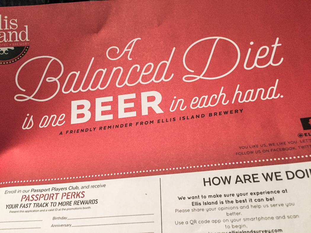 Tips för balanserad diet på vårt (billiga) hotellkasino, Super 8: en bira i varje hand.
