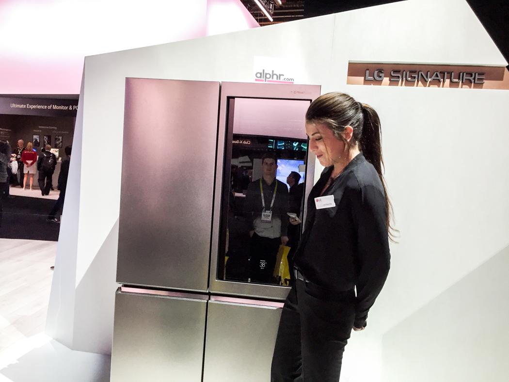 LG:s nya kylskåp demonstreras.