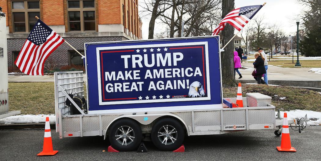 En Trump-kampanjskylt står parkerad utanför samlingssalen vid Drake University där miljardären höll sitt rally på torsdagen, samtidigt som han bojkottade tv-debatten.
