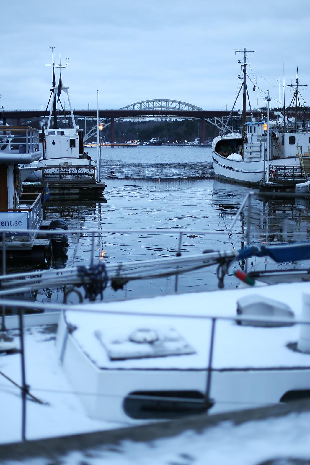 Isen har börjat lägga sig vid Liljeholmens marina.