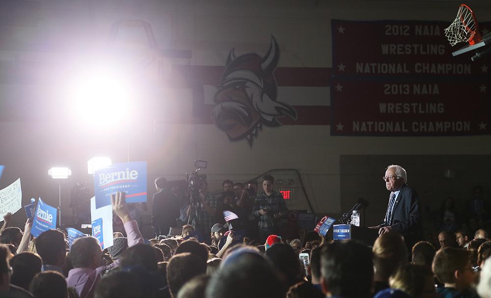 Vänstersenatorn Bernie Sanders vid ett kampanjevenemang i Des Moines söndag kväll. Foto: Erik Bergin