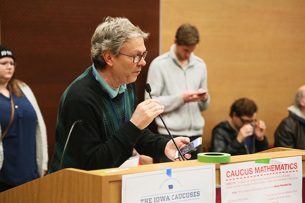 SekretOrdförande Bob försöker hålla ordning på processen.