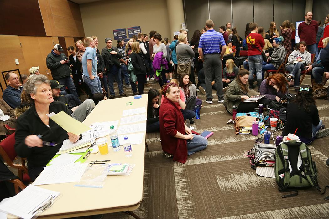 Vid bordet sitter sekreteraren och håller ordning på rösträkningen, som sker i omgångar vartefter grupperna av människor ändras.