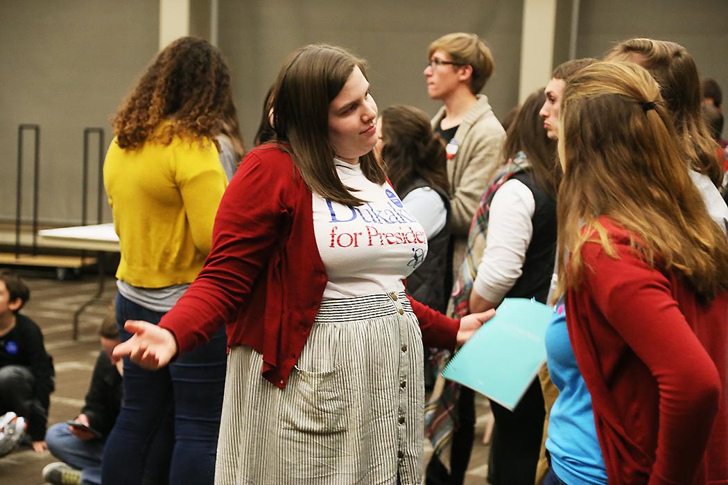 En tjej firar Iowas caucus med en t-shirt från Mike Dukakis kampanj 1988. Foto: Erik Bergin