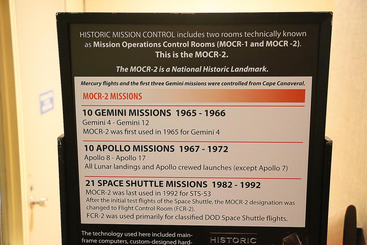 Skylten visar de uppdrag som styrdes från den klassiska rymdkontrollen.