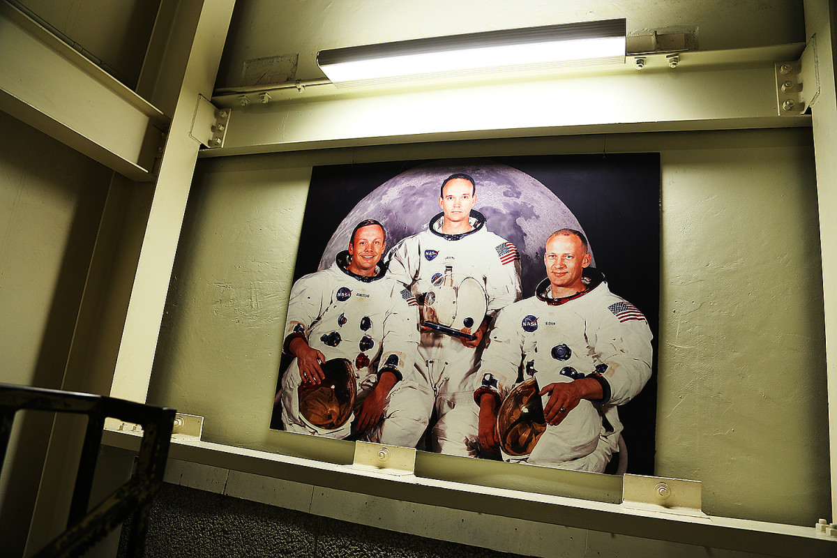 Buzz Aldrin, Neil Armstrong och den tredje snubben hängande i en trappa vid Johnson Space Center.