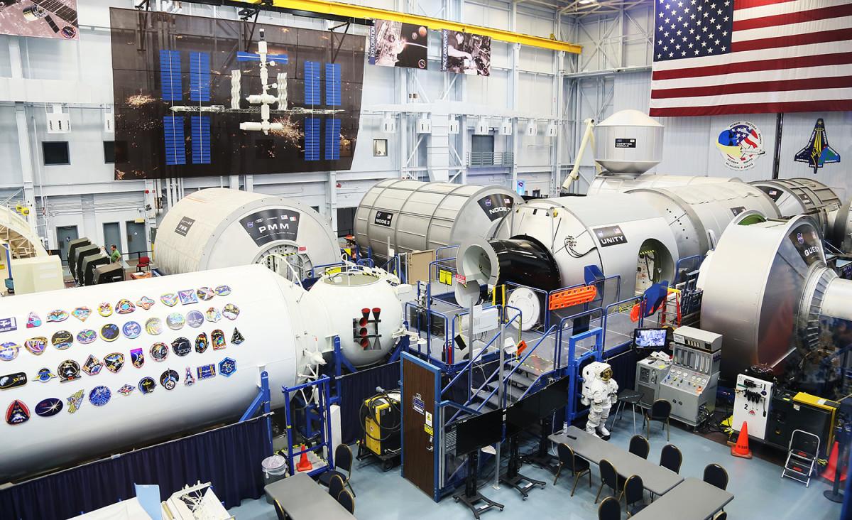 En skalenlig modell av rymdstationen ISS.