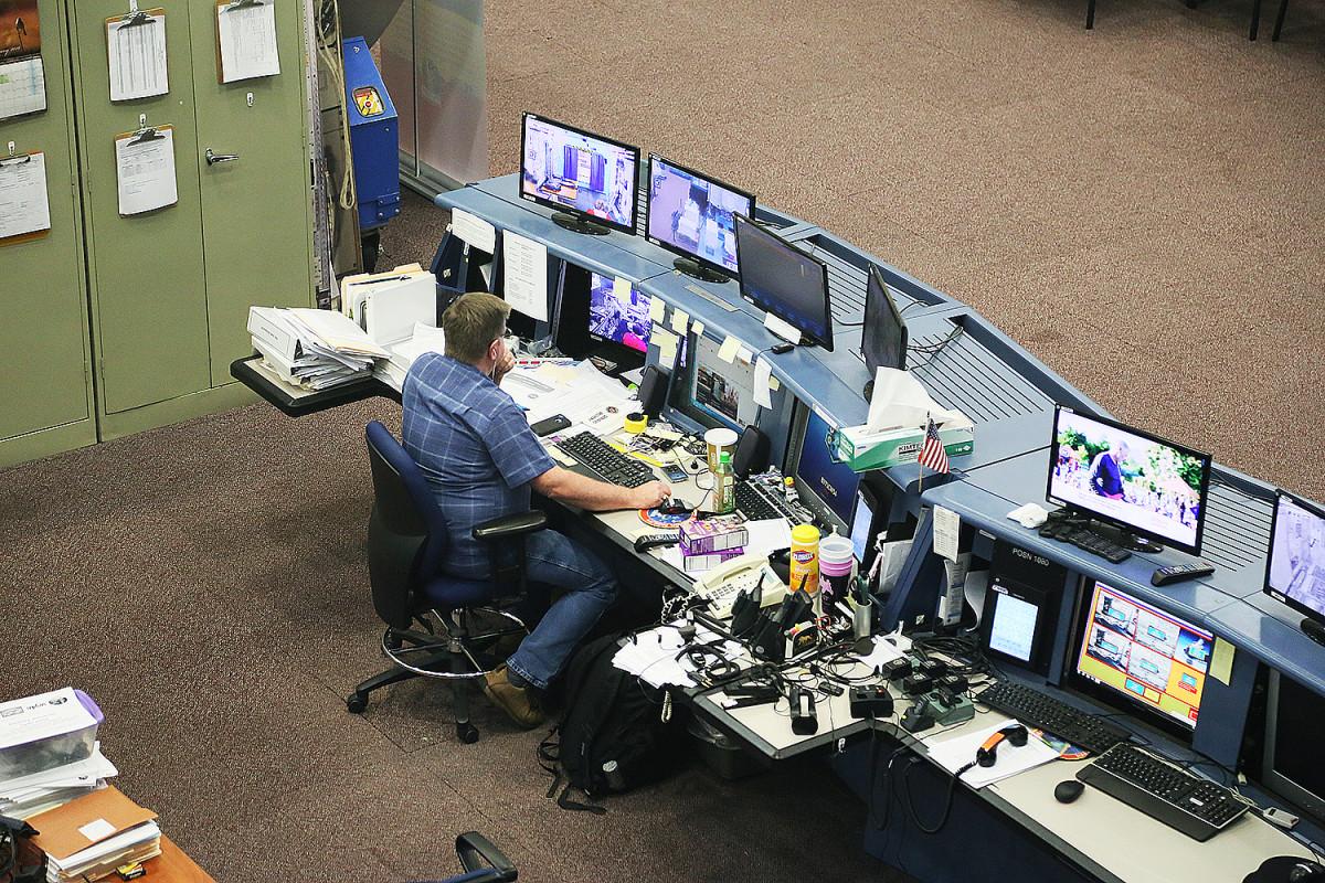 En snubbe sitter och jobbar i astronauternas träningshangar.