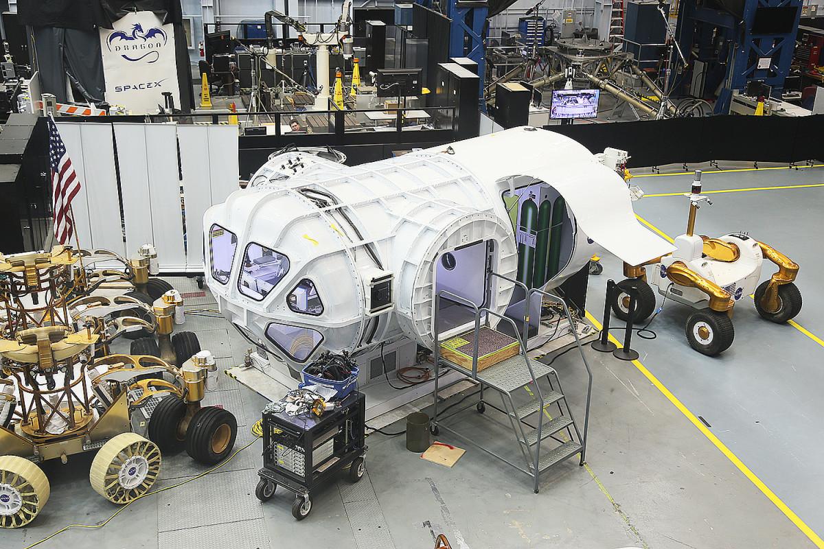 Detta är en modell av ett framtida rymdfordon, kanske lämpat för körning på Mars.