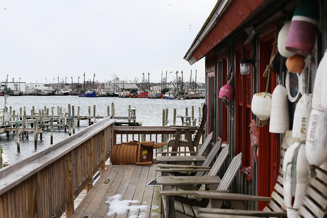 En stängd restaurang med sjöredskapen hängande på väggen i väntan på såren i Snug Harbor, Rhode Island. Foto: Erik Bergin