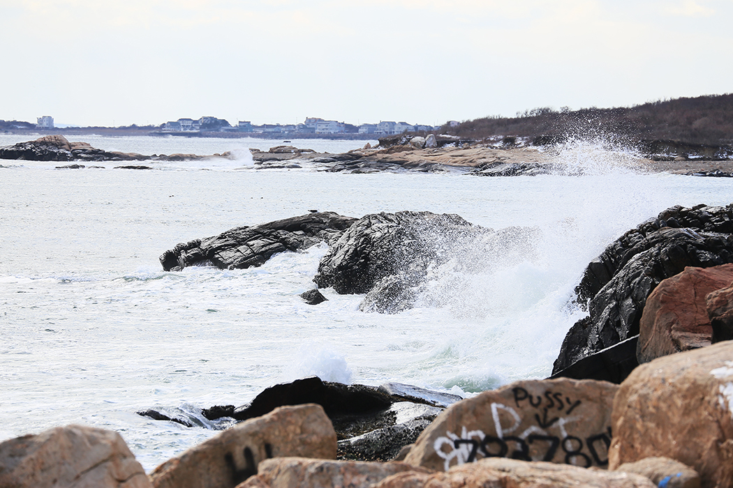 En del av den vilda kusten mellan Narragansett och Snug Harbor. Men det är förstås rent förjävligt att ungarna klottrat på berget. Foto: Erik Bergin
