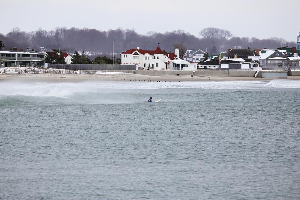 Överambitiösa surfare letar efter den perfekta vågan i Narragansett i februari. Foto: Erik Bergin