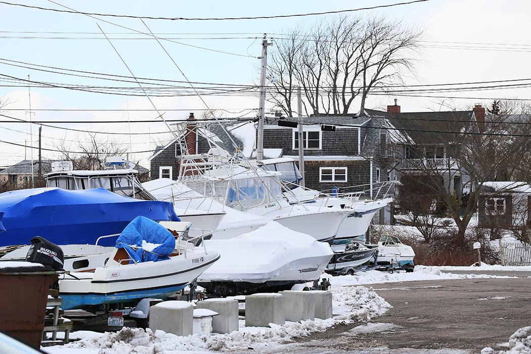 Båtarna upptagna för vinterdvala inför våren i Snug Harbor. Foto: Erik Bergin