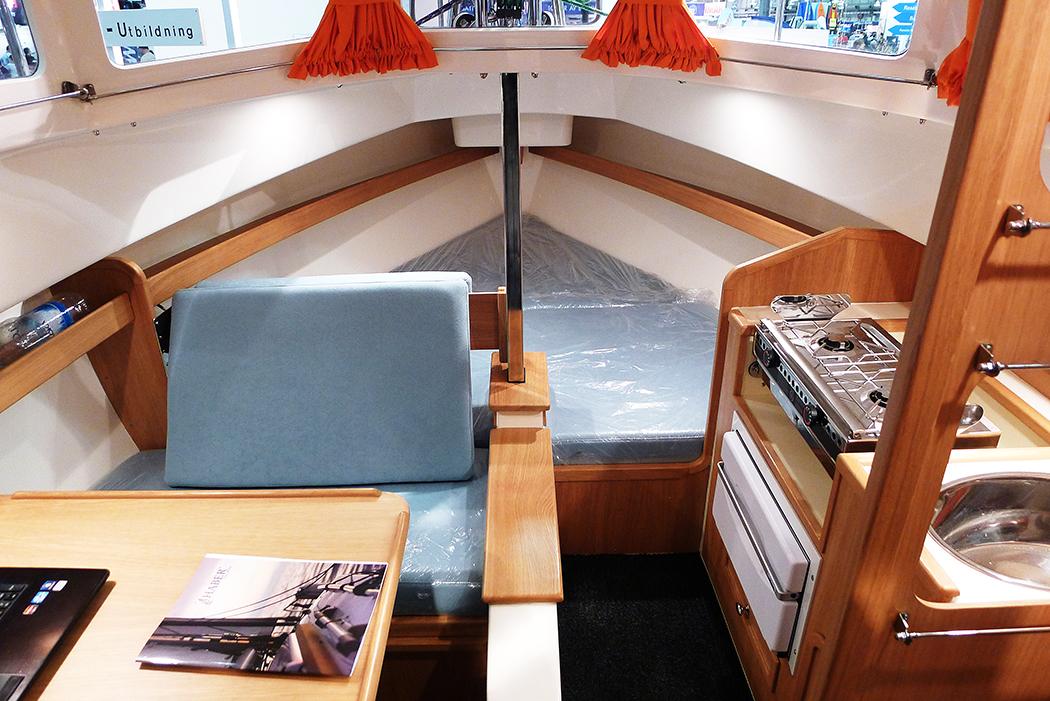 Haber 620 bjuder ett tvålågigt kök, två kojer i fören samt stickkoj och ett dass, som märkligt nog har öppet ut i hytten. Foto: Erik Bergin