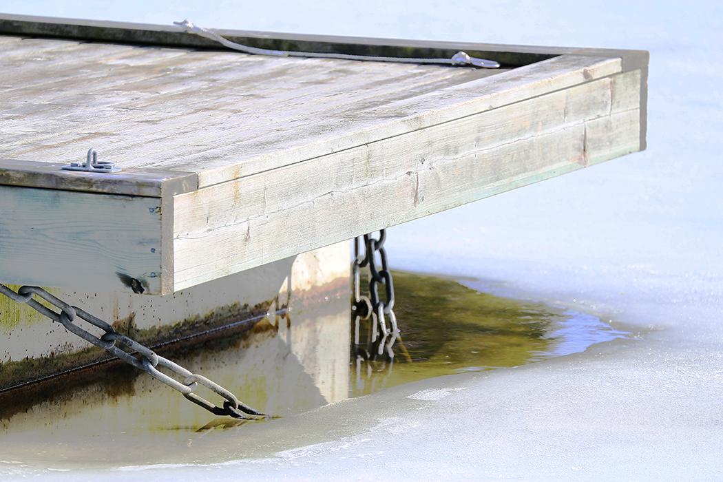 Bryggan frusen i isen. Foto: Erik Bergin