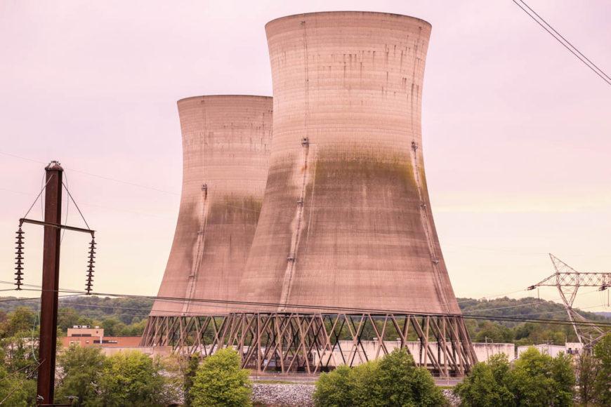 De övergivna och delvis nedmonterade kyltornen till reaktor 2, Three MIle Island. Foto: Erik Bergin