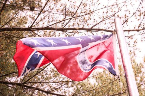 Sydstatsflaggan vajar stilla vid gravplatsen. Foto: Erik Bergin