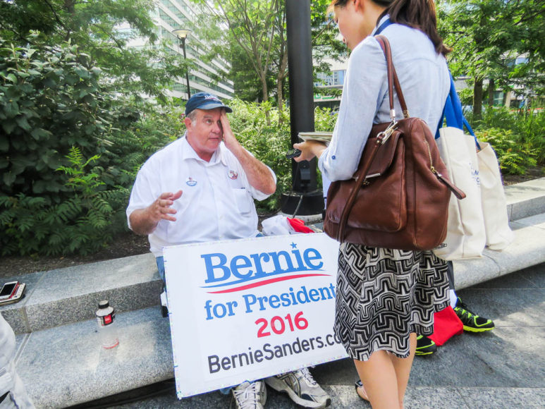 En Bernis Sanders-supporter intervjuas av en reporter. Foto: Erik Bergin