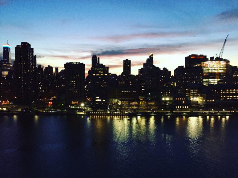 Manhattans skyline från Roosevelt Island.