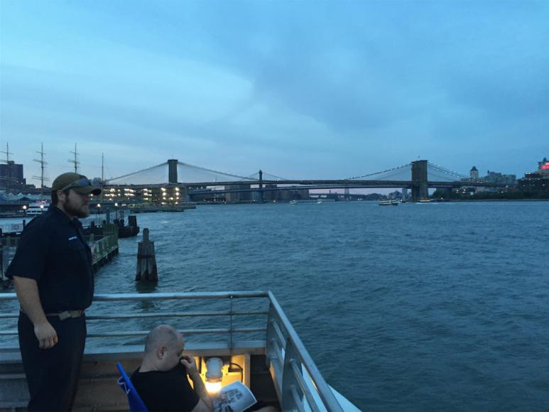 Sea Streak-färjan backar ut från ett stopp vid Wall Street, södra Manhattan.