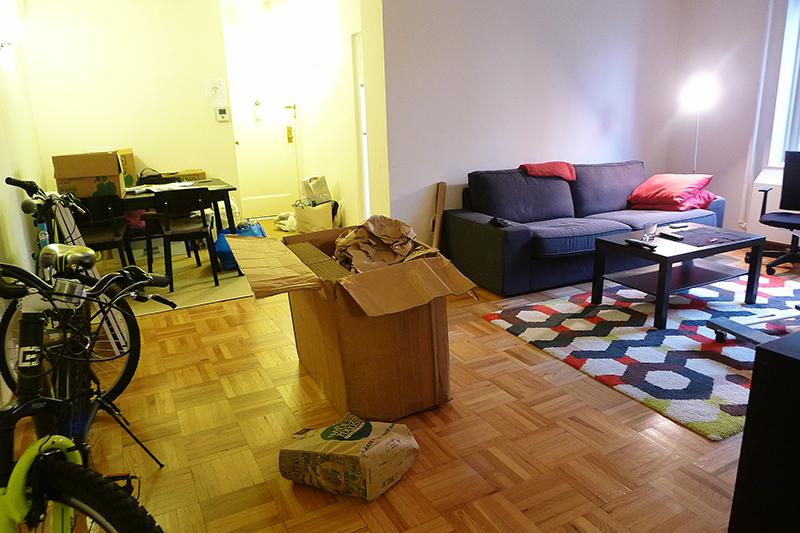 Flyttkaos i vardagsrummet.