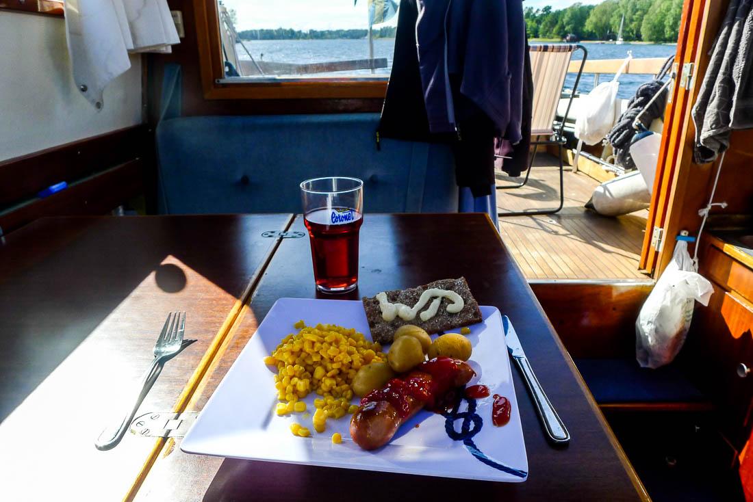 Sista måltiden ombord: stekt korv och potatis.