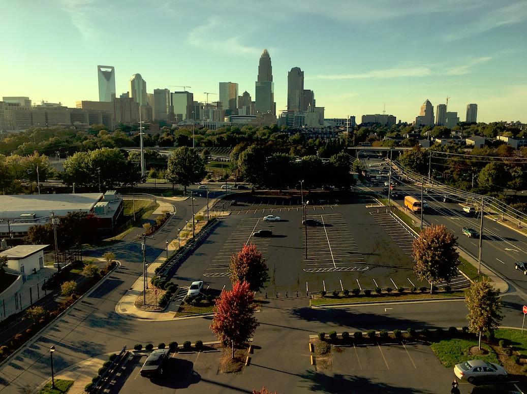 Charlottes skyline plåtad uppifrån ett p-hus.