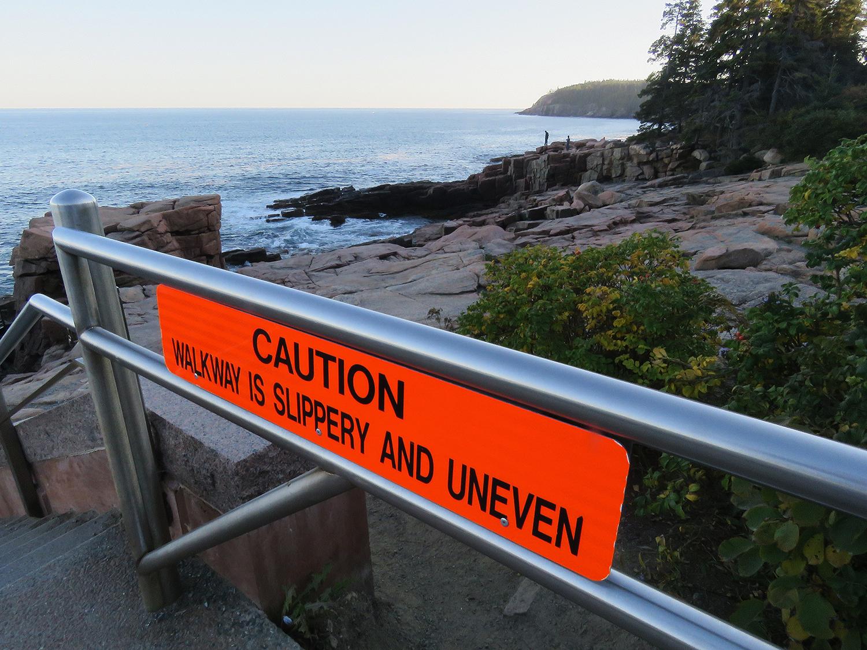Amerikaner är roliga ibland. Här varnas för att klipporna är ojämna. Foto: Erik Bergin