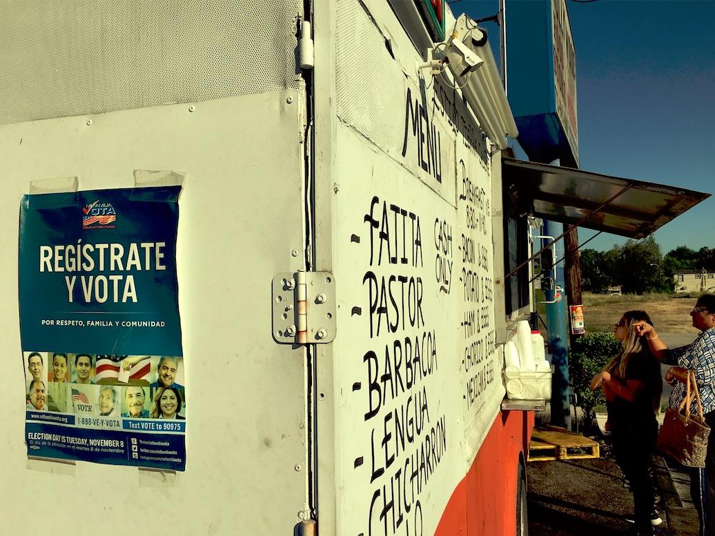 En taco-truck i Houston med plakat som uppmanar latinamerikaner att registrera sig för att få rösta.