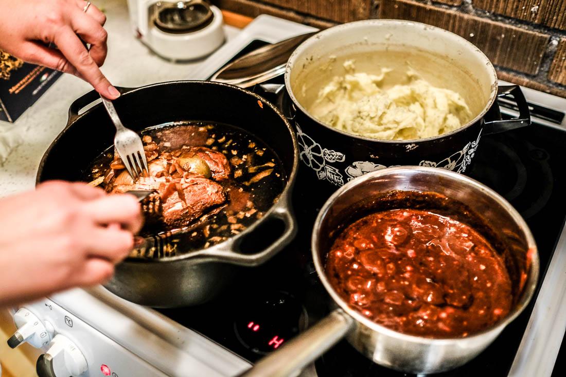 Pulled pork med mustig BBQ-sås och fluffigt potatismos. Foto: Erik Bergin