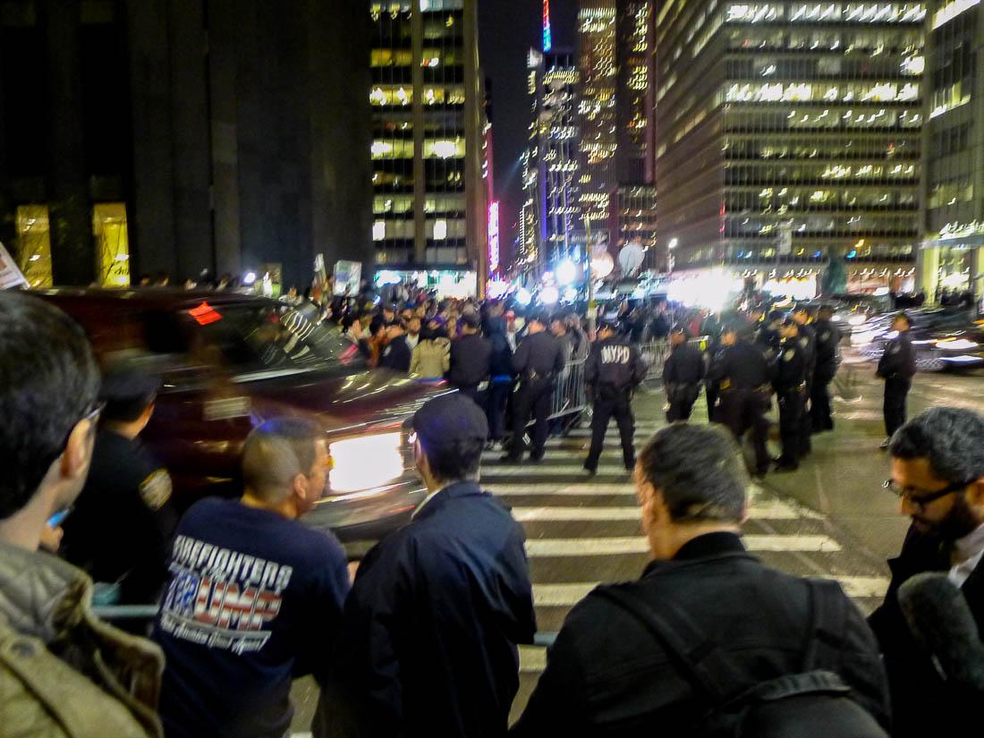 Trumpsupportrar och New Yorkers strax efter midnatt längs Third Avenue på Manhattan natten till den 9 november. Valresultatet är ännu inte klart. Foto: Erik Bergin