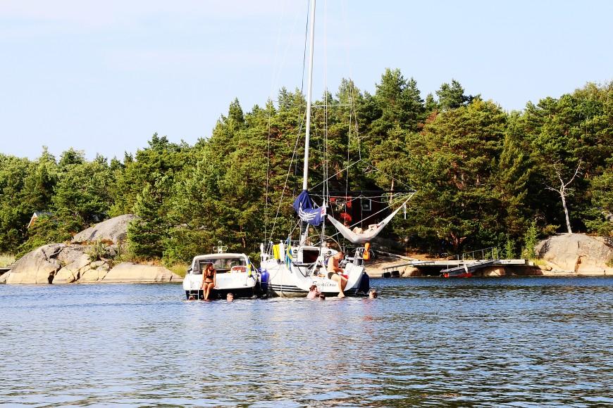 Ett par båtar ligger på svaj vid Ostholmen i slutet av juli 2014.