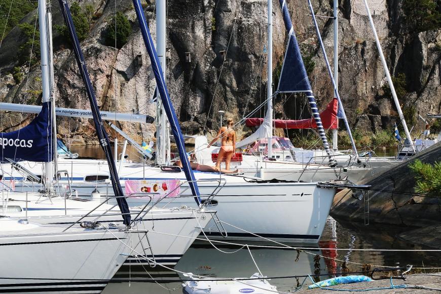 Båtar förtöjda vid Ostholmen i slutet av juli 2014. Foto: Erik Bergin