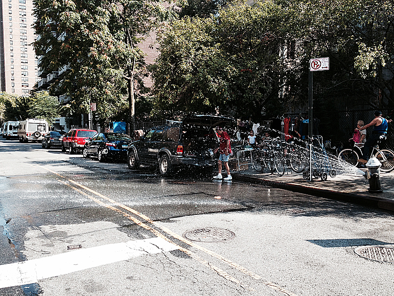 En brandpost har öppnats i East Village, Manhattan, i den 30-gradiga värmen.