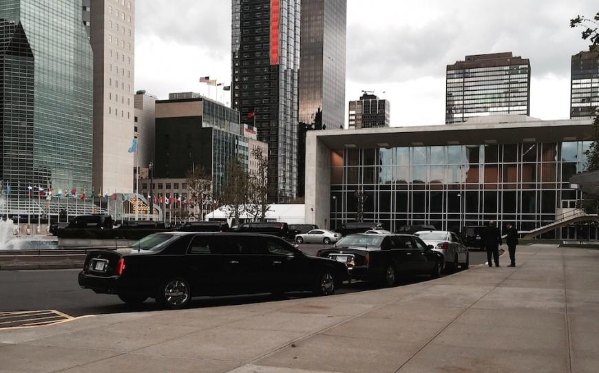 Limousiner står parkerade utanför FN-högkvarteret under det att president Barack Obama håller i säkerhetsrådets möte.