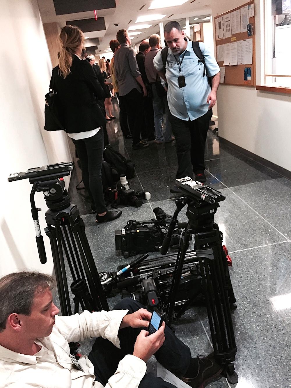 Journalister i en stillastående kö för att komma in p åsäkerhetsrådets möte i onsdags i FN.