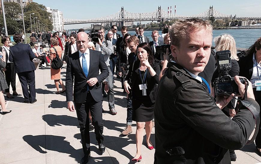 Statsministern anländer till presskonferens vid FN-högkvarteret.