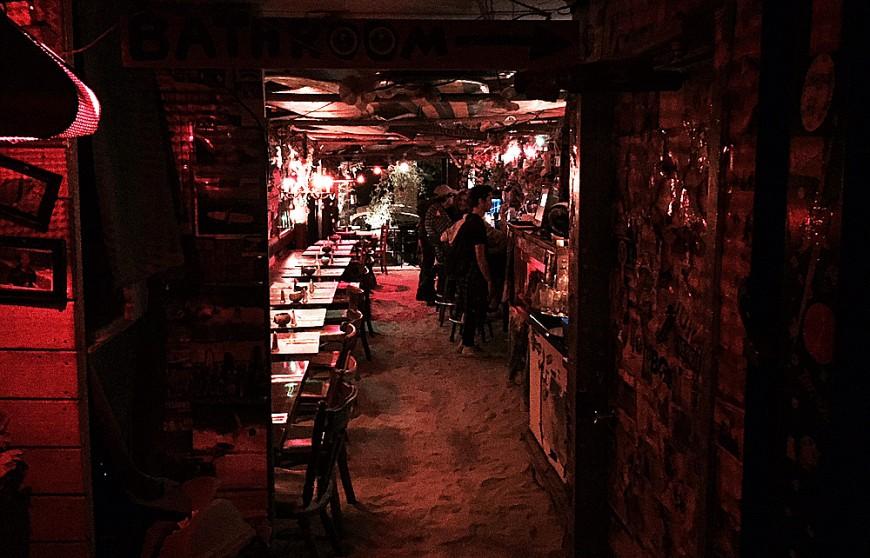 Sand över hela golvet på baren i Brooklyn. Foto: Erik Bergin