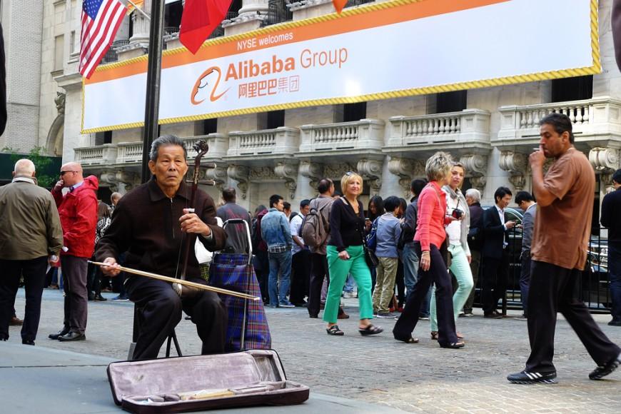 En kinesisk speleman utanför New York-börsen i fredags där Alibaba börsnoterades. Foto: Erik Bergin