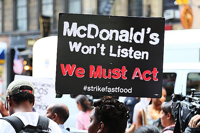 Ett av plakaten anklagar McDonald's för att strunta i sina anställda. Foto: Erik Bergin