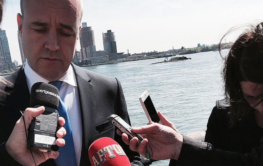 Reinfeldt intervjuas om valresultatet av svenska medier vid FN. Foto: Erik Bergin
